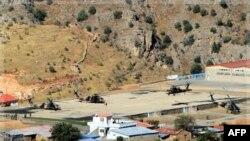 Máy bay trực thăng quân sự của Thổ Nhĩ Kỳ bay trên căn cứ Cukurca Hakkari gần biên giới với Iraq, trong chiến dịch nhắm vào phiến quân Kurd trên không lẫn trên bộ