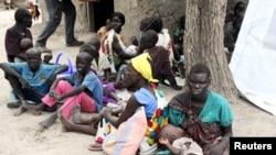 Des déplacés fuyant les affrontements à Kuernyang Payam, Soudan du Sud, 2 mai 2015. REUTERS/Denis Dumo
