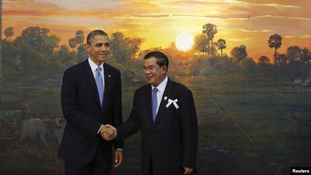 Tổng thống Hoa Kỳ Barack Obama (trái) và Thủ tướng Campuchia Hun Sen tại hôi nghị cấp cao ASEAN - Mỹ lần thứ 4, ở Phnom Penh, 19/11/12
