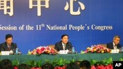 齐骥副部长(中)和沈建忠司长(左)等中国住房和城乡建设部官员举行记者会