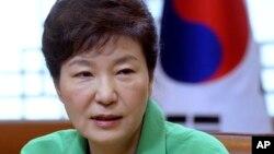 韩国总统朴槿惠在一次例行会议上讲话(资料图)
