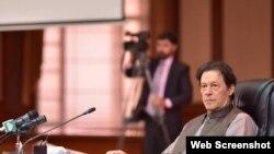 دو روز قبل پشاور میں ایک پریس کانفرنس میں وزیرِ اعظم عمران خان نے کہا تھا کہ اگر کوئی بھی شخص پاکستان سے متنازع کشمیر میں جا کر لڑے گا تو وہ پاکستان اور کشمیریوں دونوں کا دشمن ہو گا — فائل فوٹو