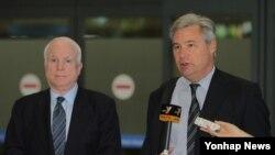 셸던 화이트하우스 미 연방상원의원(오른쪽)이 존 매케인 연방상원의원과 함께 25일 인천국제공항을 통해 입국한 뒤 방문소감을 밝히고 있다.