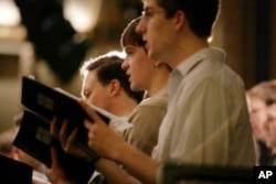 参加在卡内基音乐厅进行合唱 演出的学生在彩排