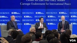 马英九与布鲁金斯学会东亚政策中心主任卜睿哲、卡内基国际和平基金会副总裁包道格座谈(2017年3月7日,美国之音郁安拍摄)