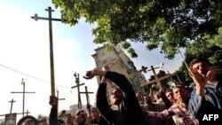 Tín đồ Cơ đốc giáo Coptic phong tỏa một con đường gần trụ sở đài truyền hình nhà nước ở thủ đô Cairo, Ai Cập, ngày 15/5/2011