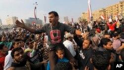 Para demonstran Mesir meneriakkan slogan-slogan anti militer dan mengecam Menhan Mesir Jenderal Abdel-Fattah el-Sissi saat melakukan unjuk rasa menuju Lapangan Tahrir, Kairo (19/11).
