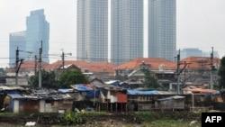 Perkampungan kumuh dengan latar gedung-gedung tinggi di Jakarta, 22 September 2010. (Foto: AFP)