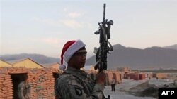 Một binh sĩ Mỹ trú đóng ở Afghanistan đội chiếc nón ông già Noel