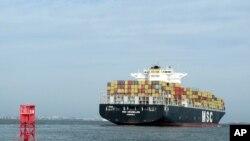一艘集装箱货轮驶入南卡州的查尔斯顿港。(资料照)
