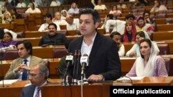 پاکستان کے وزیرِ مملکت برائے ریونیو حماد اظہر قومی اسمبلی میں بجٹ پیش کر رہے ہیں۔