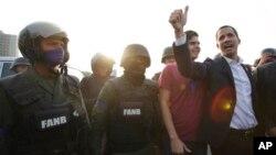 Juan Guaido sa vojnicima u blizini vazduhoplovne baze La Carlota kod glavnog grada Caracas, 30. april 2019.