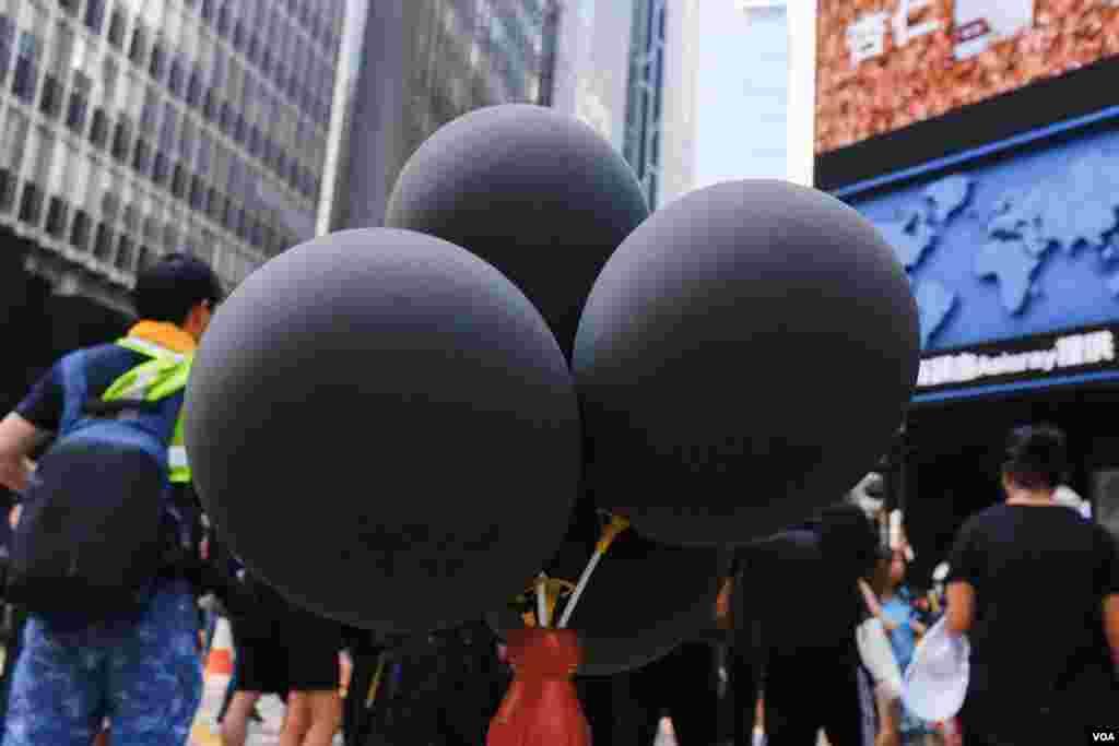 示威者认为10月1日是国殇日而不是国庆日,所以当天的游行处处可见黑气球。 (2019年10月1日)
