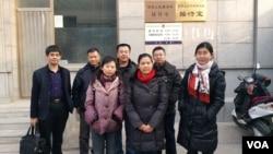 余文生妻子许艳(红围脖)在石景山区看守所前 (推特照片,2018年1月20日)