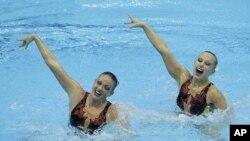 Ðôi bơi nghệ thuật Mỹ Mary Killman và Mariya Koroleva tại cuộc thi tranh suất dự Olympic London 2012 tại Trung tâm Olympic Park, London (18/4/2012).