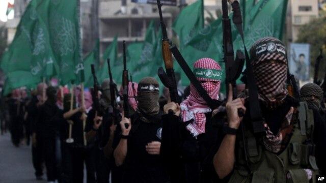 Miembros de las Brigadas al Qassam, brazo armado de Hamás, desfilaron en pie de guerra en la ciudad de Gaza.