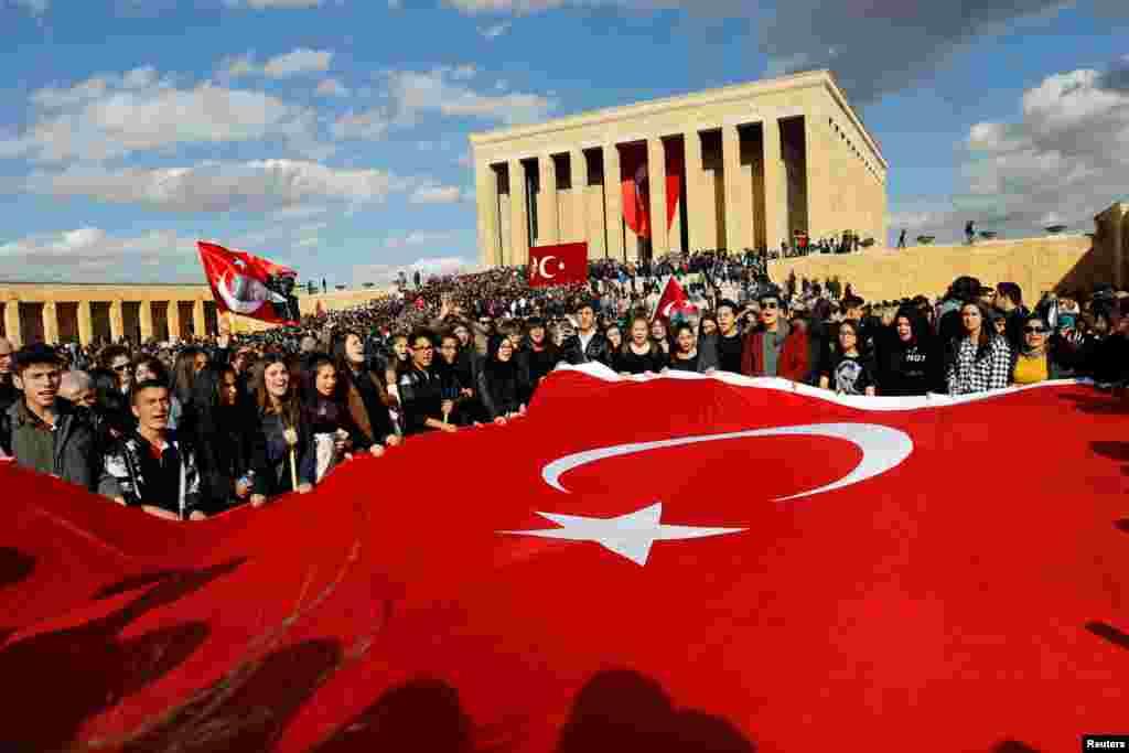 ادای احترام مردم ترکیه در مقبره مصطفی کمال آتاترک در سالمرگ او. آنکارا، ترکیه.