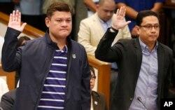 7일 필리핀 상원 청문회에 출석한 로드리고 두테르테 대통령 장남 파올로 두테르테(왼쪽) 다바오 부시장이 대통령 사위인 마나세스 카피오 변호사와 함께 증인선서를 하고 있다.