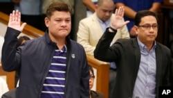 "Paolo Duterte (kiri), putra sulung Presiden Rodrigo Duterte dan menantu Presiden Manases Carpio, pengacara, diambil sumpahnya sebelum sidang senat dalam penyelidikan lanjut keterlibatannya dalam kasus pengiriman lebih dari setengah ton obat methamphetamine hydrochloride, yang dikenal juga sebagai ""Shabu"" seharga $ 128 juta (P6.4 Miliar Peso) dari China yang lolos dari bea cukai dari China, Kamis, 7 September 2017, di kota Pasay, tenggara Manila, Filipina. (AP Photo / Bullit Marquez)"