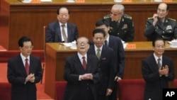 2011年10月9日中国国家主席胡锦涛(左)、前国家主席江泽民(中)和中国总理温家宝(右)在北京出席辛亥革命百年纪念会