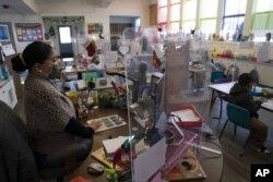Guru TK Tami Lewis mengajar di kelasnya di West Orange Elementary School di Orange, California, 18 Maret 2021. (Foto: AP)