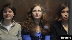 신성모독 혐의로 교도소에 수감 중인 록 밴드 '푸시 라이엇' 지난달 10월 모스크바 법원에서 심리를 기다리고 있다.
