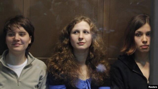 Cô Maria Alyokhina (giữa) ngồi cùng hai thành viên còn lại của ban nhạc Pussy Riot.