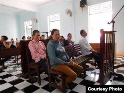 Anh Nguyễn Minh Quyết (hàng đầu, áo trắng) và chị Trần Thị Lụa tại tòa, ngày 1 tháng 9, 2016