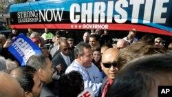 Thống đốc bang New Jersey Chris Christie, được người ủng hộ chào đón tại một chặng dừng chân trong chiến dịch tranh cử ở Hillside, ngày 4/11/2013.
