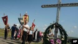 말레이시아 여객기 격추 사건 1주년인 17일 우크라이나 동부 추락 현장에서 희생자를 애도하는 종교 의식이 거행되고 있다.