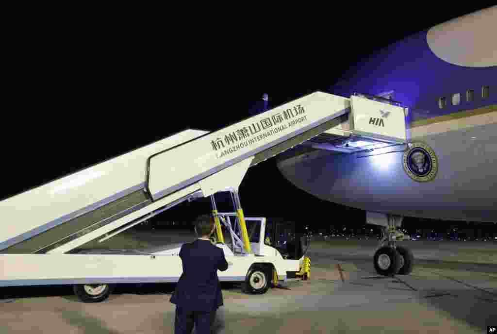 在G20杭州峰会结束后,美国总统奥巴马在杭州萧山国际机场走上总统专机空军一号,用的是中方提供的车载的飞机扶梯,这和他到来时的情况不同(2016年9月5日)。