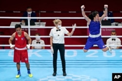 Petenis Jepang Sena Irie (kanan), meluapkan kegembiraannya saat diumumkan sebagai pemenang dalam pertandingan final tinju kelas bulu 60 kg putri di Olimpiade Musim Panas 2020, melawan petinju Filipina Nesthy Petecio (kiri), Selasa, 3 Agustus 2021, di Tokyo, Jepang. (Foto AP/Frank Franklin II)
