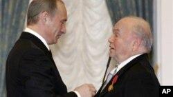 Владимир Путин награждает Владимира Шаинского