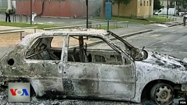 Automobil uništen u neredima u Francuskoj