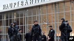Polisi berpatroli di depan stasiun utama di Cologne, Jerman, 4 Februari 2016. (Foto: dok).