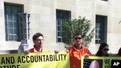 Manifestantes da Amnistia Internacional exigem que o ex vice-Presidente Dick Cheney seja julgado por crimes de guerra