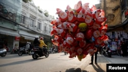 Bong bóng bay ông già Noel được bán trên đường phố Hà Nội, ngày 23/12/2014.