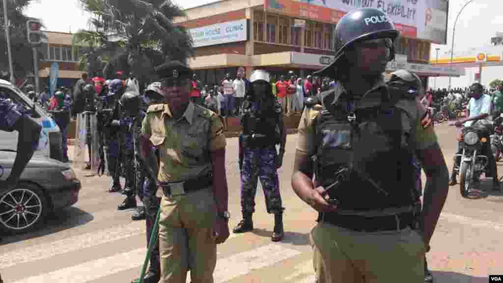 Des policiers ougandais déployés sur le lieu de la manifestation aprés l'interpellation de Kizza Besigye, Kampala, Ouganda, 15 février 2015.