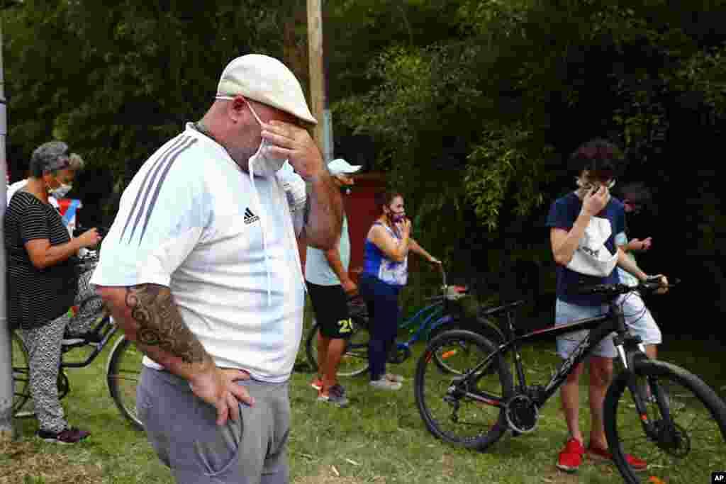 Diyego Maradonaning uyi atrofiga yig'ilgan kishilar. Argentinalik mashhur futbolchi 60 yoshida yurak xurujidan vafot etdi. Argentina.