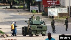 Tentara melakukan patroli di jalanan ibukota Burundi, Bujumbura (13/5).
