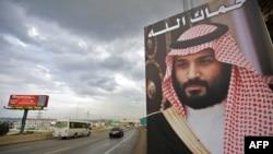 Poster berukuran raksasa bergambar Putera Mahkota Kerajaan Arab Saudi, Pangean Mohammed bin Salman dipasang di pinggir jalan raya Tripoli, Lebanon utara, 9 November 2017. (Foto: dok).