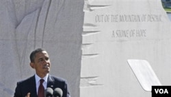President AS Barack Obama memberikan pidato saat peresmian tugu peringatan Martin Luther King Jr. di Washington DC (16/10).