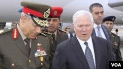 Menhan AS Robert Gates (kanan) disambut oleh Mayjen Hassan al-Roueini, komandan militer untuk wilayah Kairo (23/3).