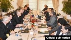 Menteri Pertahanan Amerika Jim Mattis dan delegasi AS (kiri) bertemu PM Pakistan Shahid Khaqan Abbasi di Islamabad, Senin (4/12).