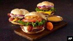 Las hamburguesas así como muchos otros productos de comida rápida utilizan las grasas trans para aumentar el tiempo de vida de los alimentos.