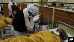 Para korban keracunan obat dirawat di sebuah rumah sakit di Lahore, Pakistan (foto: dok).