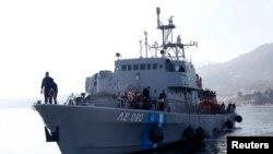 希腊海岸警卫队船只在执行了救援行动后载着难民和移民向莱斯沃斯岛靠岸。(2016年2月8日)
