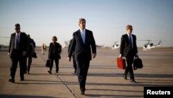 Menlu AS John Kerry (kedua dari kanan) berjalan menuju pesawat di bandara internasional Baghdad, sebelum meninggalkan ibukota Irak (24/3).