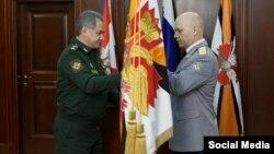 Російський міністр оборони Сергій Шойґу (ліворуч) і керівник ГРУ Ігор Коробов