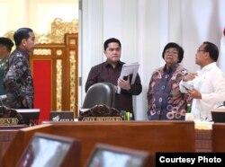 """Presiden Jokowi berbincang dengan Menteri BUMN Erick Thohir dan Menteri KLHK Siti Nurbaya Bakar disela-sela Ratas """"Persiapan Pemindahan Ibu Kota Negara baru"""" di kantor Presiden , Jakarta, Senin (16/12) ( Biro Setpres )"""